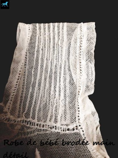 Robe de bébé brodée main